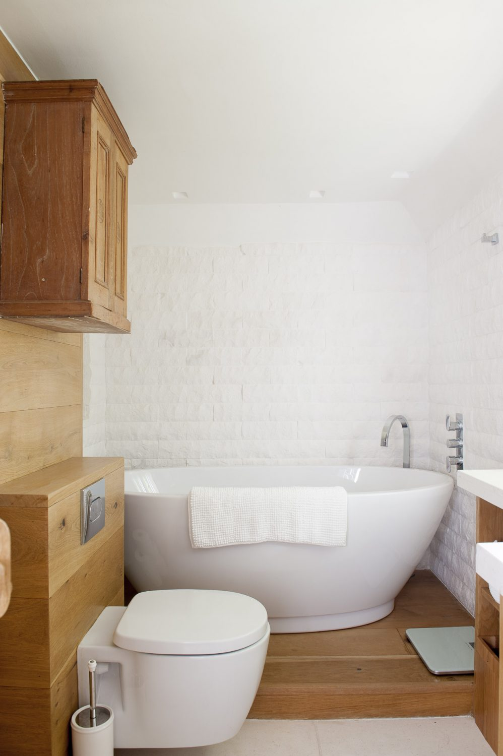 The compact yet luxurious en suite to the master bedroom