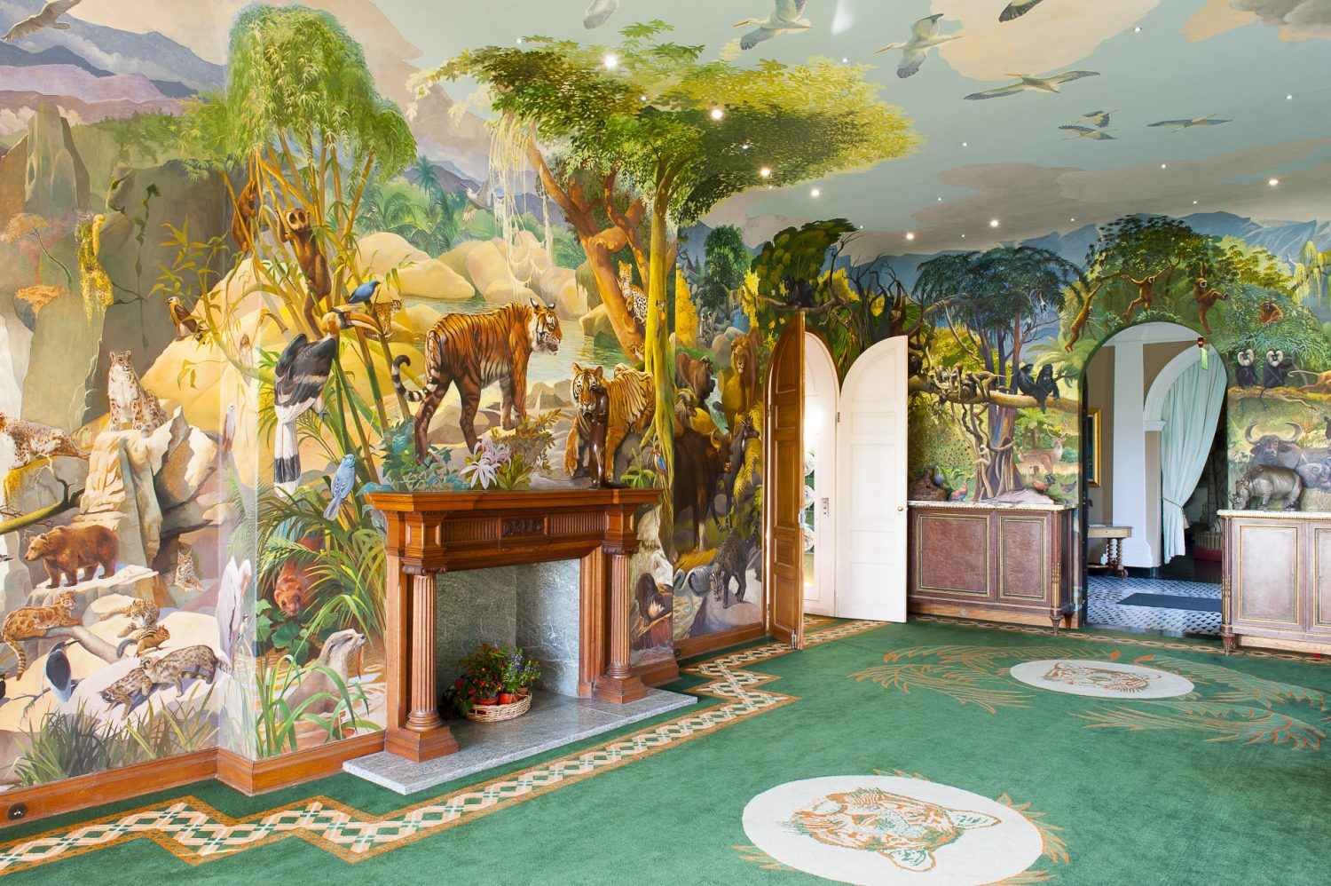 The vibrant Spencer Roberts room is adorned with images of animals in their natural habitats – from birds and reptiles to monkeys and bears. A grass green carpet adds to the feeling of being outside