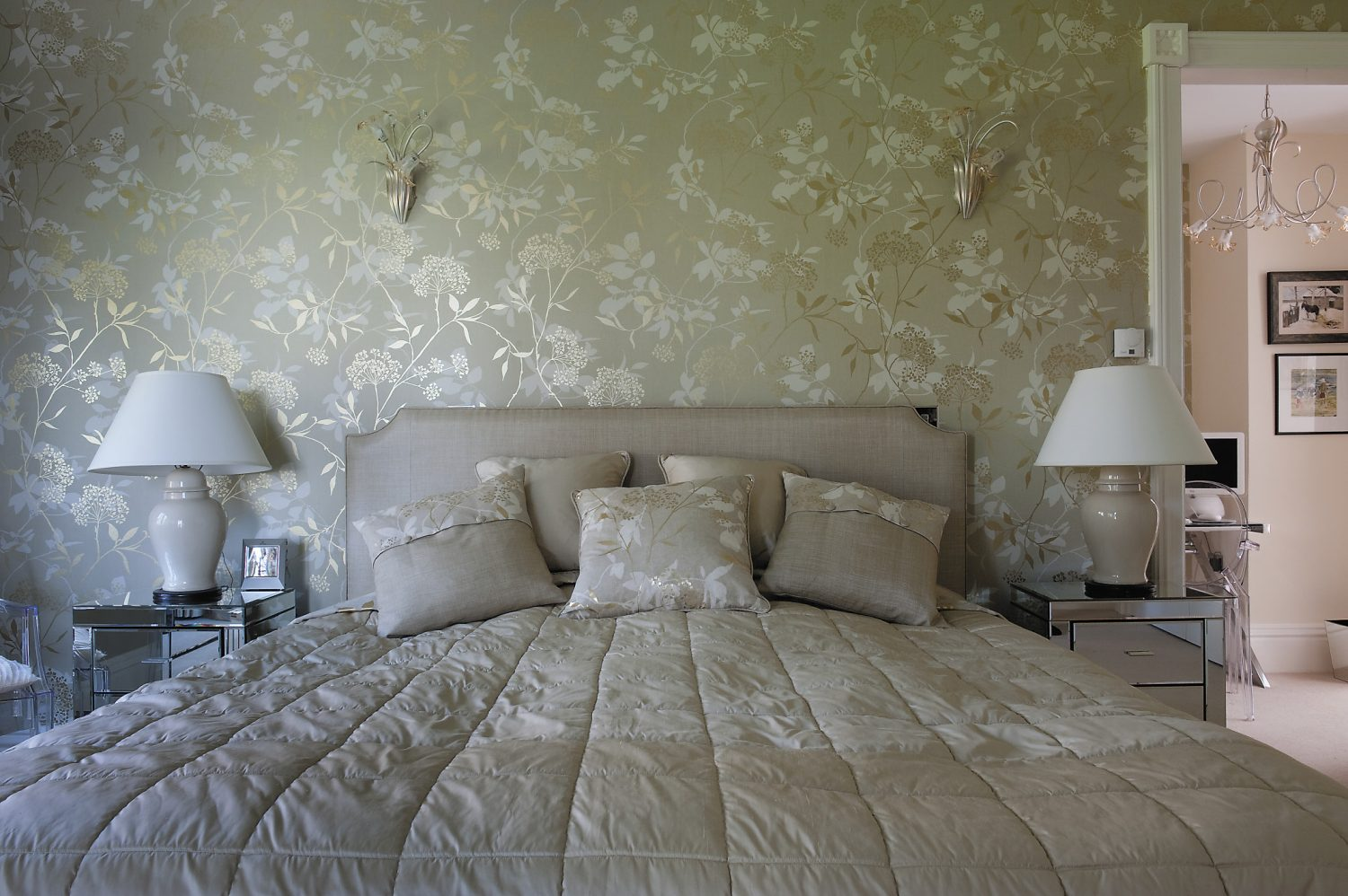 The principal bedroom is pure Hollywood-style glamour