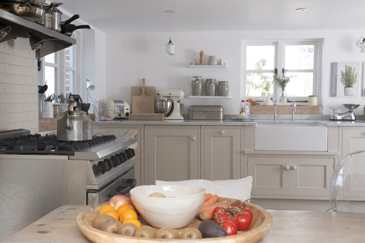 In the kitchen, the white of the wall is complemented by the white Carrara marble of the extra wide work surface which was custom made