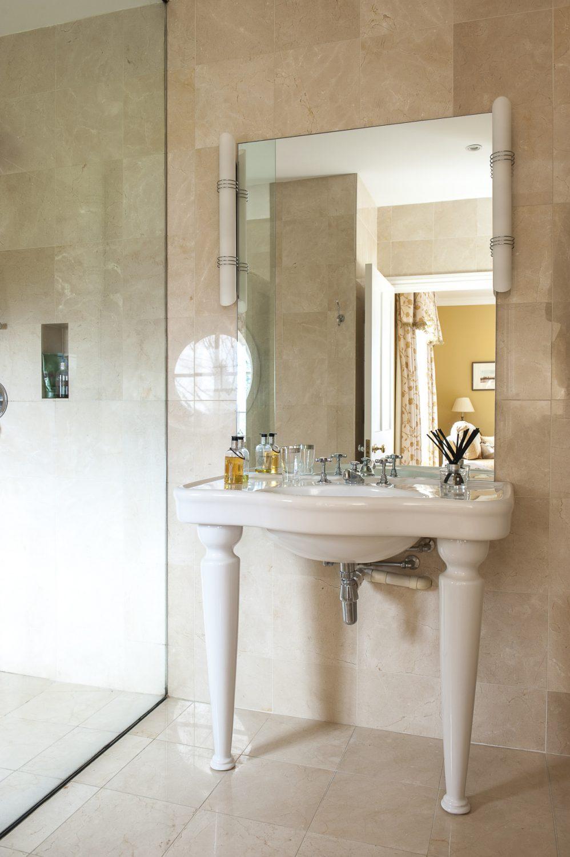 Classic, complementary decor in the en suite wet room