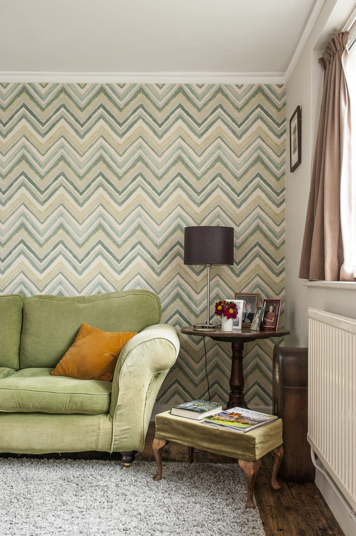 Bloomsbury-inspired wallpaper in the living room