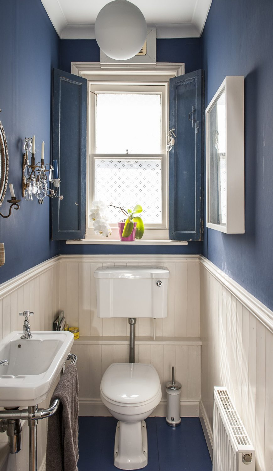 Nautical blue paint in the bathroom