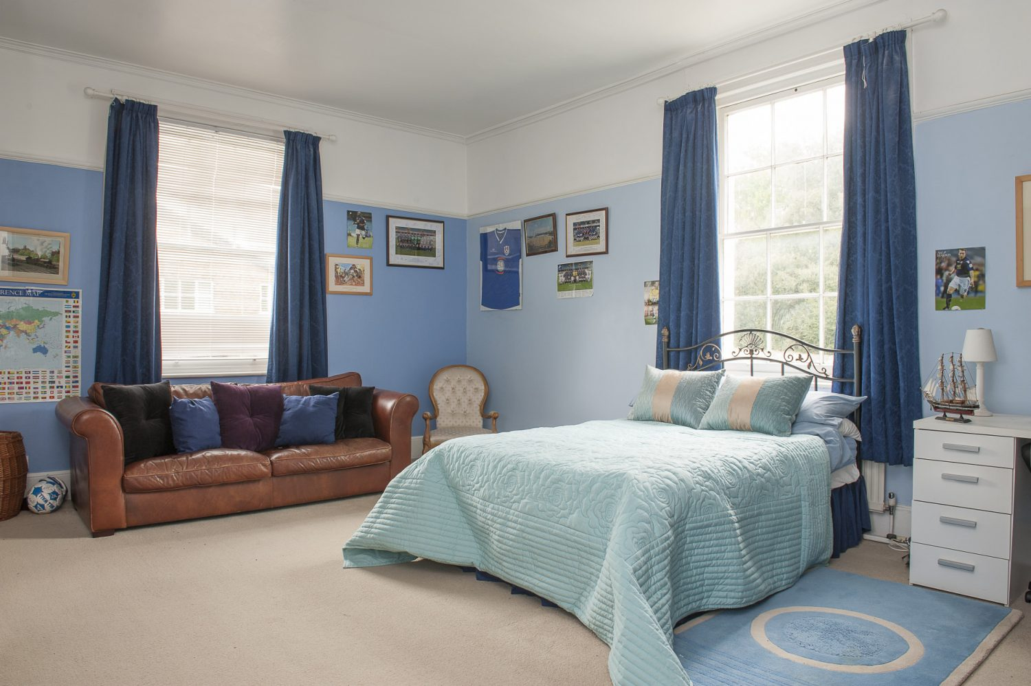 Dawn's younger son's bedroom had been converted into a small room and a corridor, so she decided to return it to its original size. It is now a spacious retreat with wallspace reserved as a homage to Millwall FC