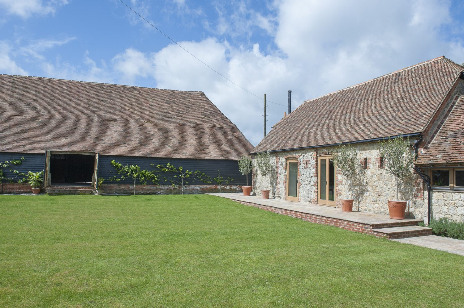 The traditional 16th century Kent threshing barn covers an area of some 350 square metres and features a soaring vaulted interior and truly breathtaking timberwork