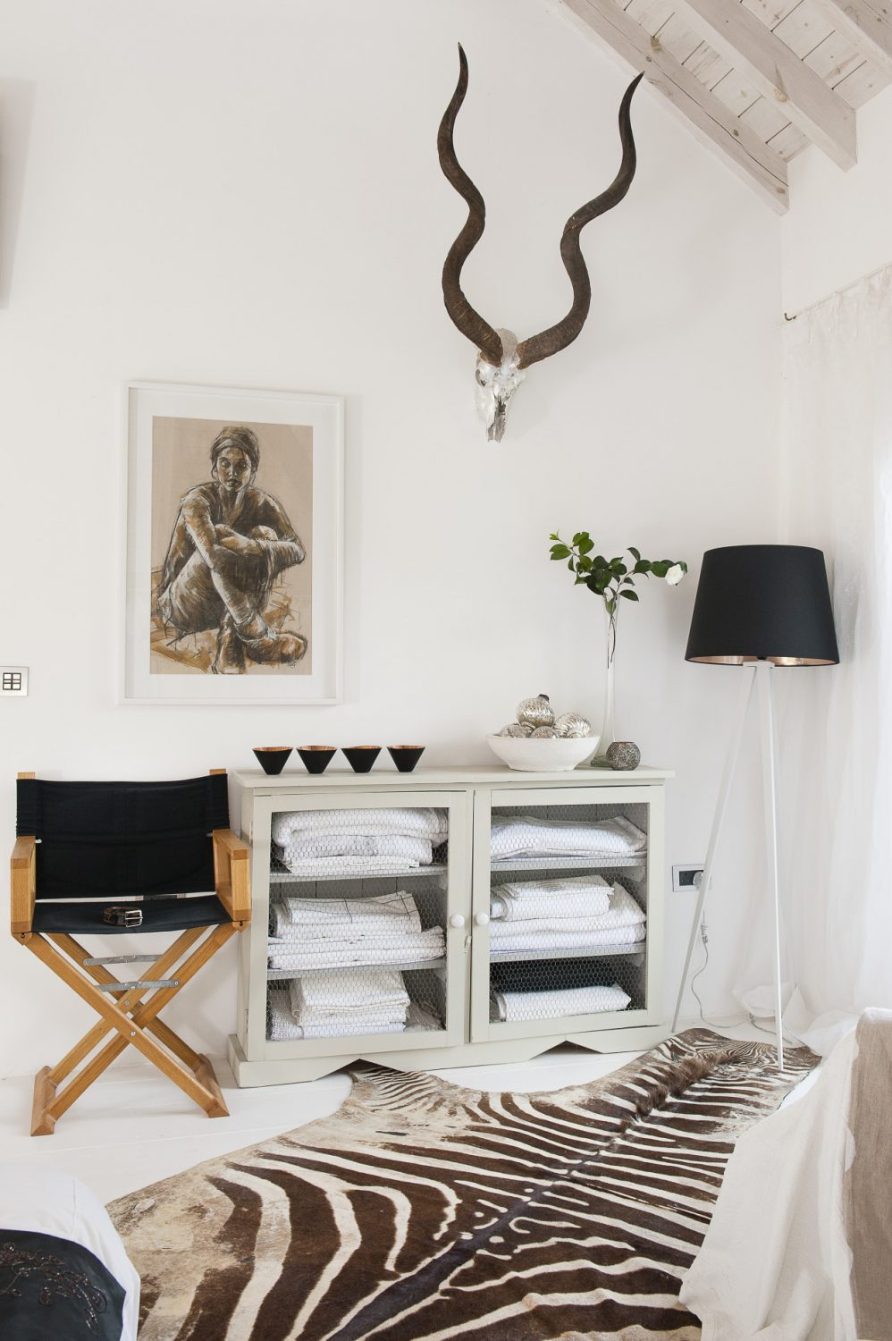 On the wall opposite the chic master bed is a magnificent pair of silver-leafed kudu horns and an oil and charcoal on paper by one of Sue's favourite artists, and her teacher, East Sussex-based Nicola King