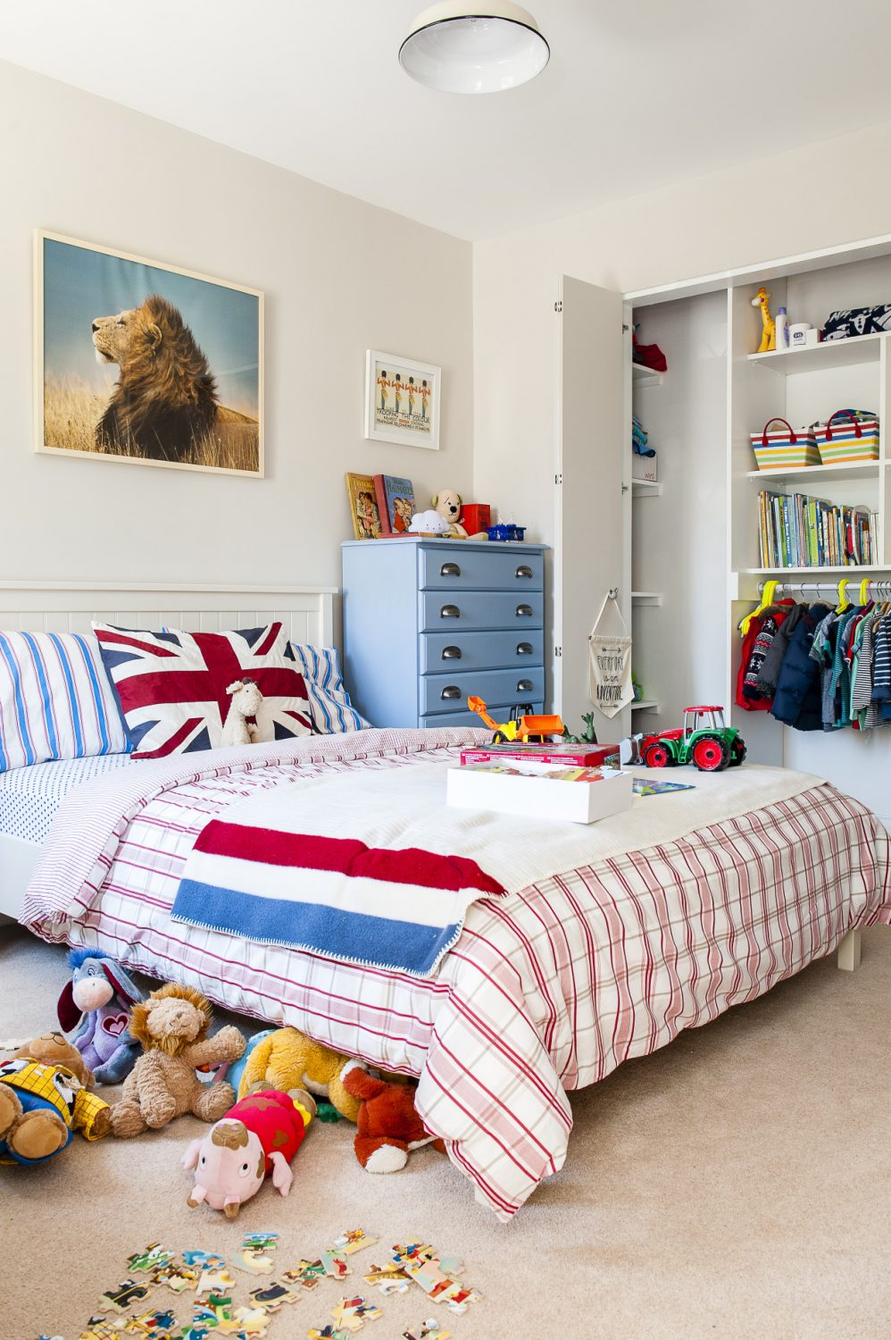 There's a red, white and blue theme in Charlie's bedroom. Jenna had the blue