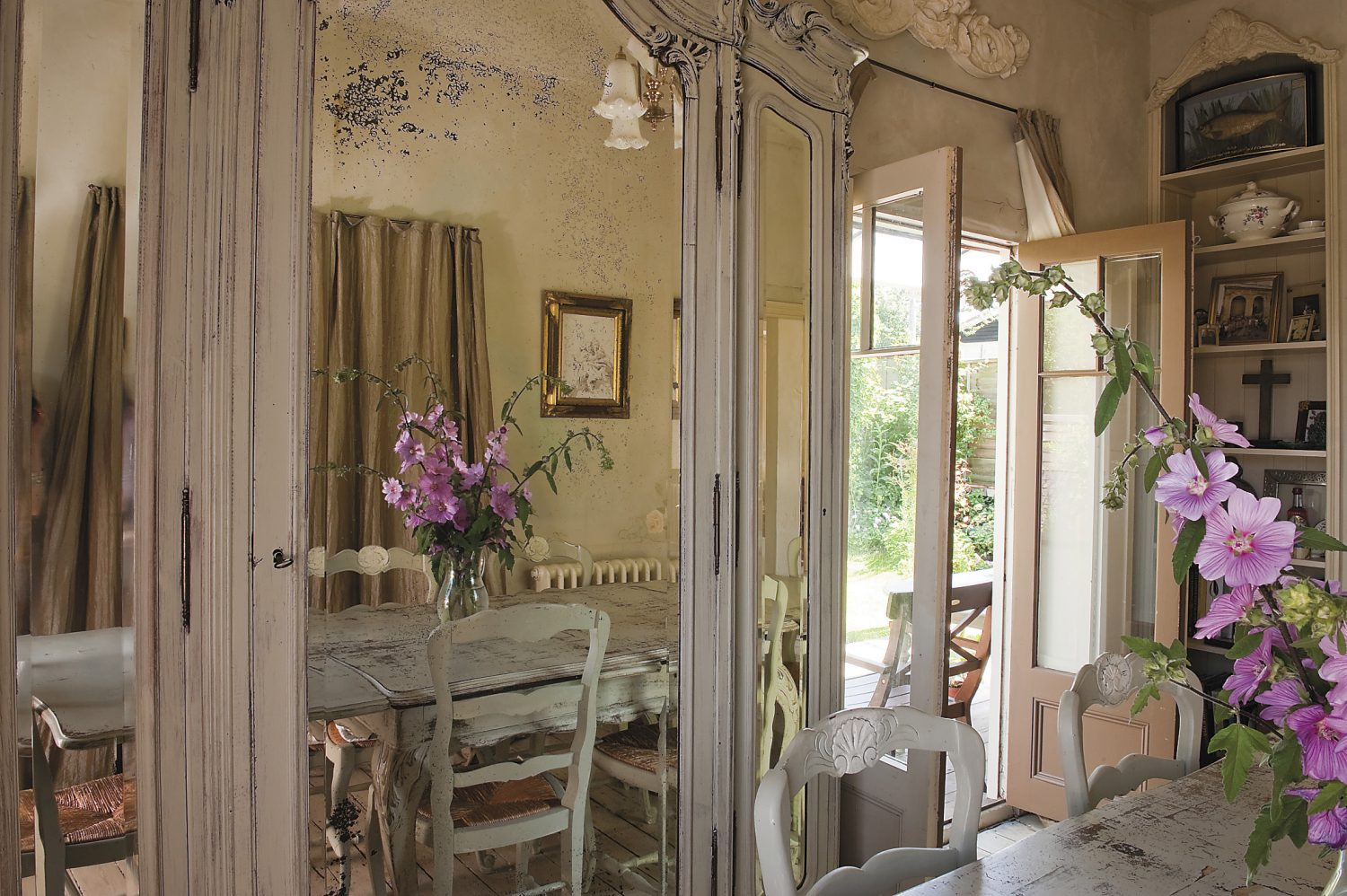 Vickie bought the rustic painted dining table, dressed with fresh hollyhocks from the garden, from a local antiques dealer, unaware that it had belonged to the house's previous occupants!