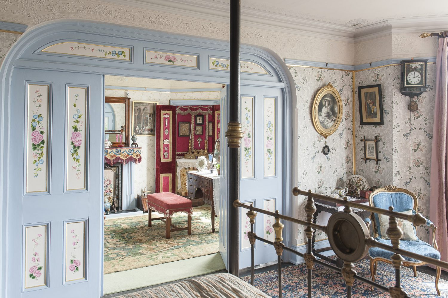 Mr Parry's Room features a magnificent four poster bed, lined with the prettiest chintz, from which you could sit and look out at a particularly special sea view