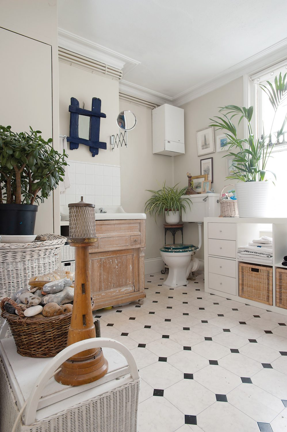 houseplants are trendy once more, and looking especially cool in bathrooms