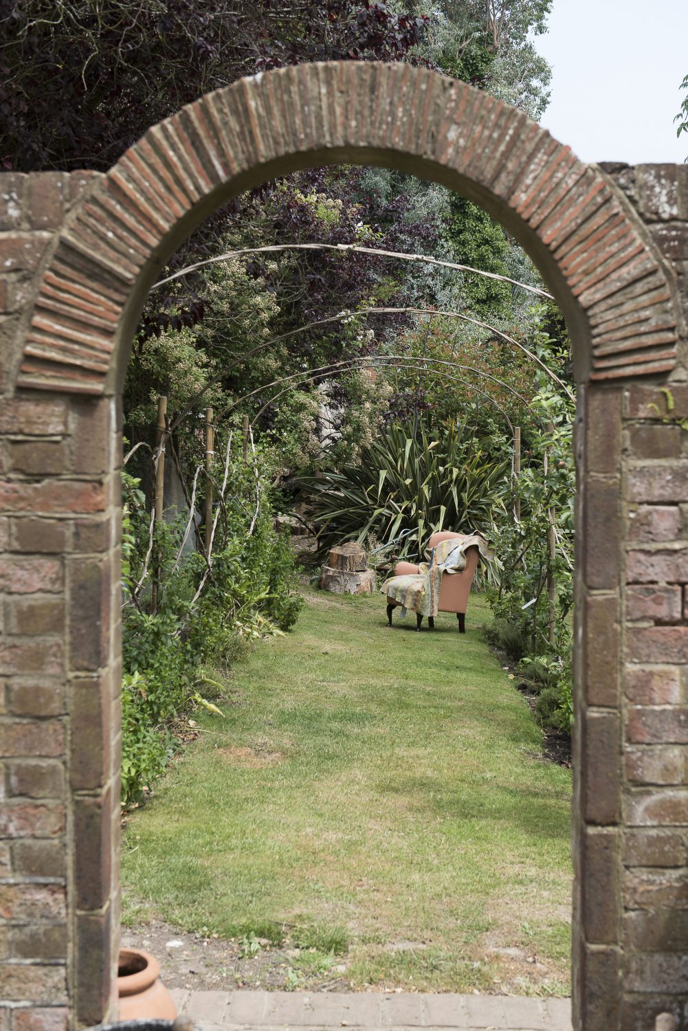 An arch echoes the entrance to the house