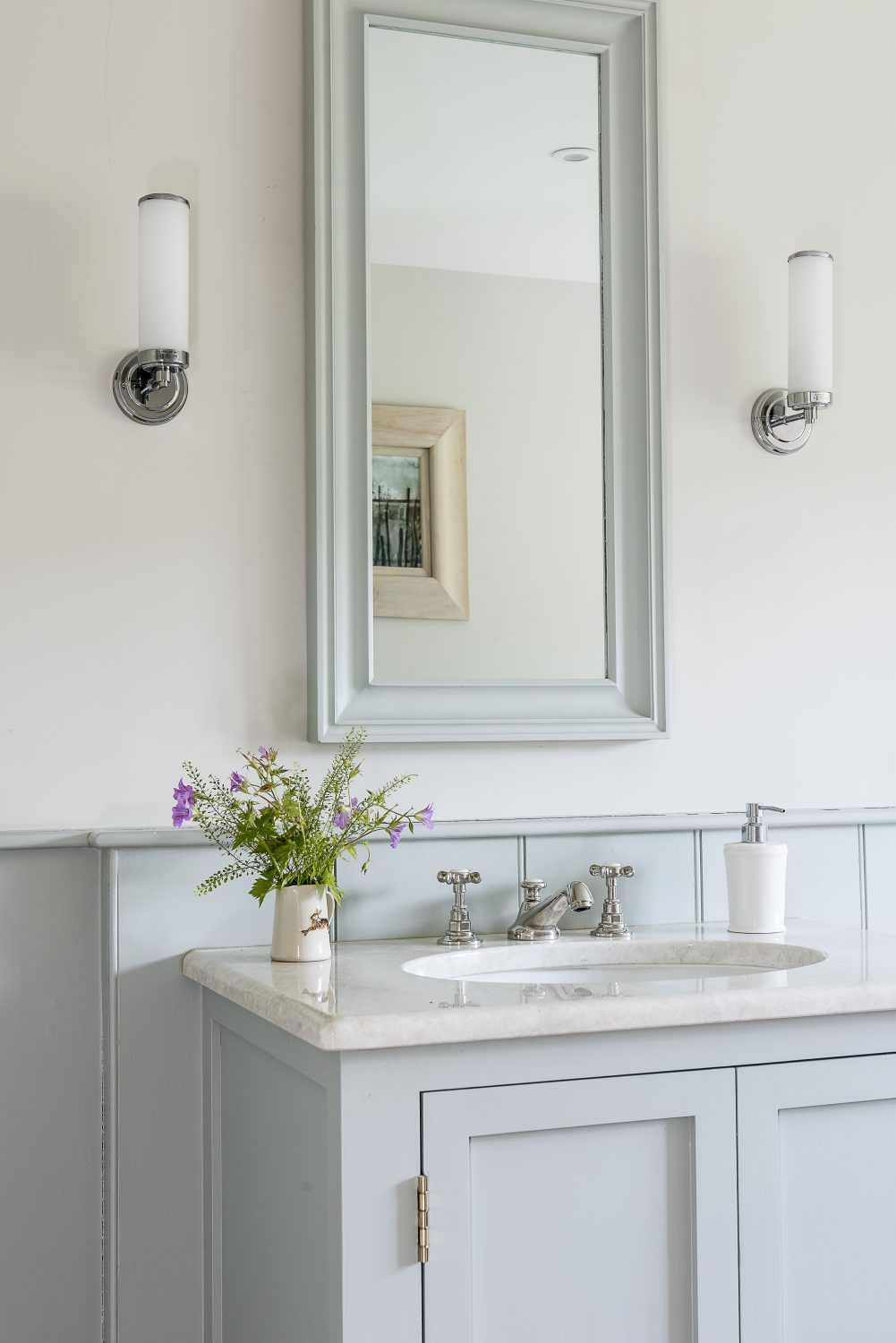 The wall sconces over the basin are by Heathfield & Co