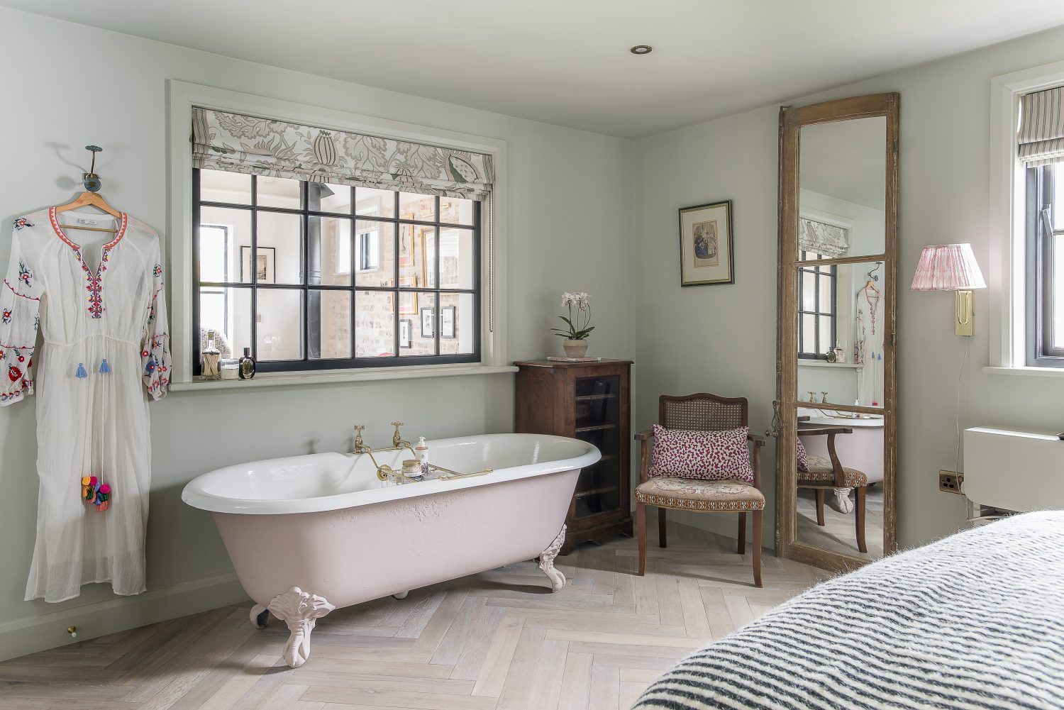Amy found the bath locally and had it re-enamelled before painting it in Little Greene's Light Peachblossom