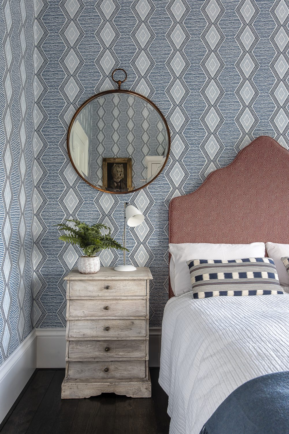 Belle Île wallpaper by Nina Campbell is a pleasing contrast to the over-sized 'Rose' bedframe that Oyla sourced from Button & Sprung