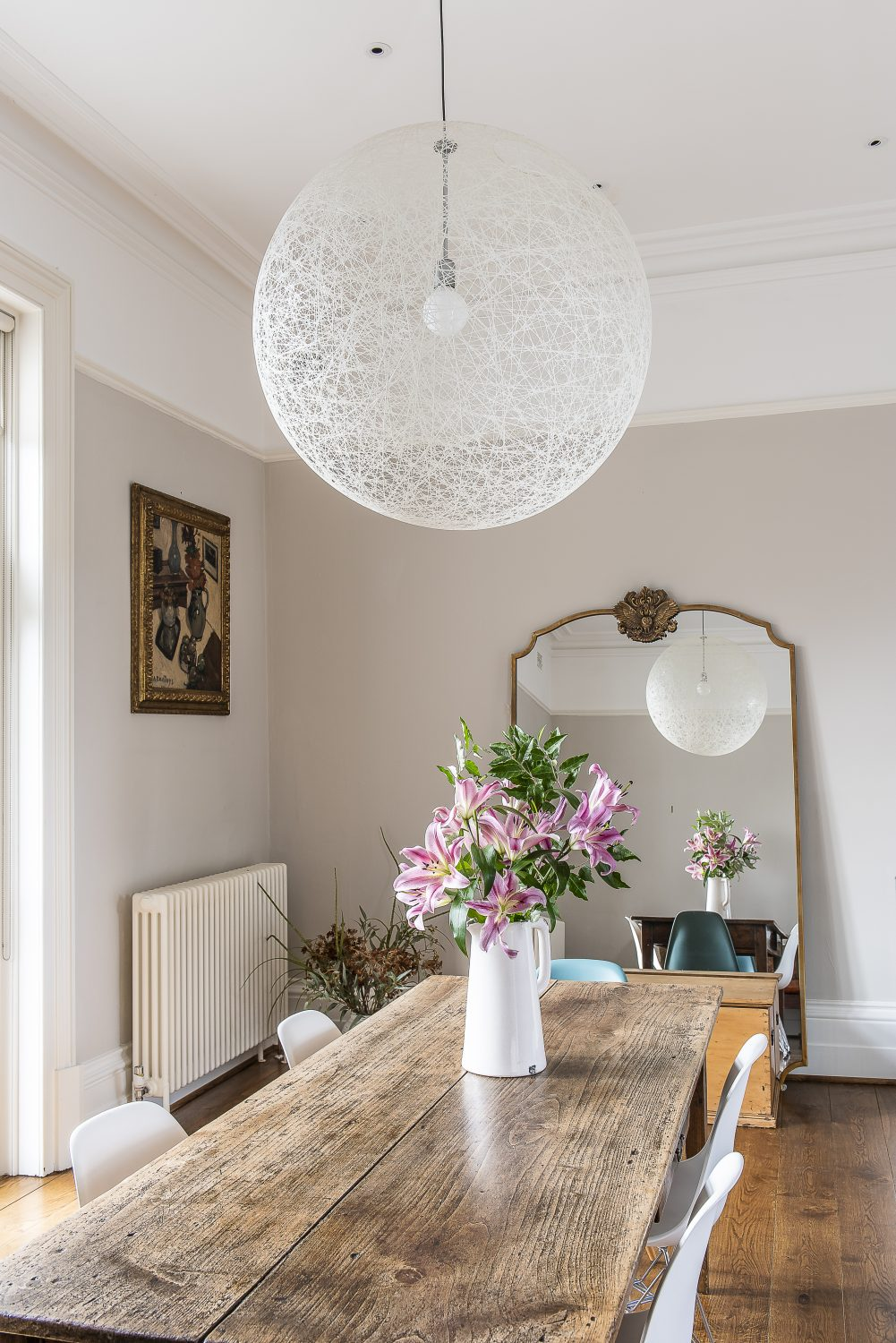 In the dining area, Olya has combined a Balinese bench, an antique oak dining table and a Moooi spherical pendant