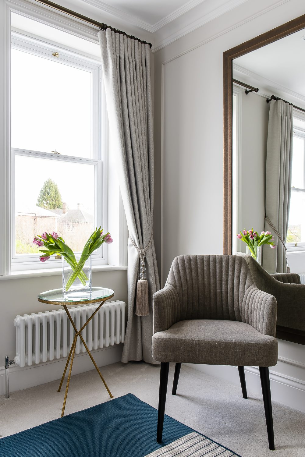The heading on the curtains – the same colour as the walls – creates the calm, continuous atmosphere Zoe likes